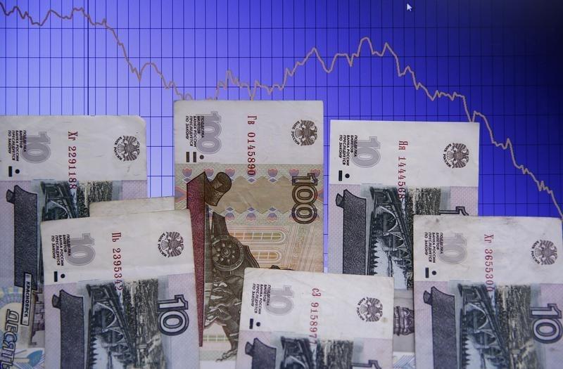 © Reuters.  Рубль ушел в минус на фоне дешевеющей нефти и бегства от рисков