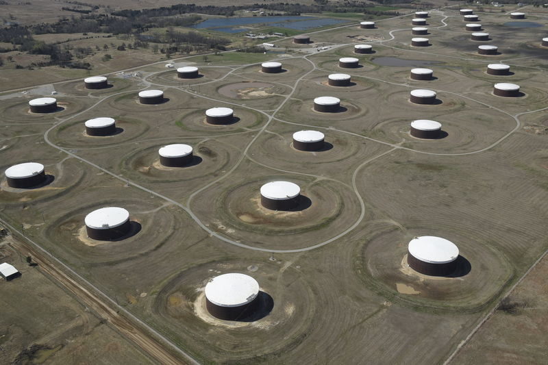 © Reuters.  Oil pares back gains after EIA storage build