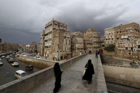 Separatistas do Iêmen recuam em posições em Áden, houthis atacam planta petrolíferia saudita