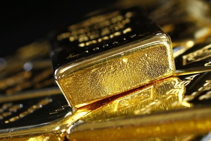 © Reuters.  Gold sinks to 4-month lows