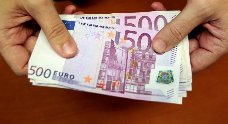 © Reuters.  Euro breaks through $1.20 as Draghi speaks
