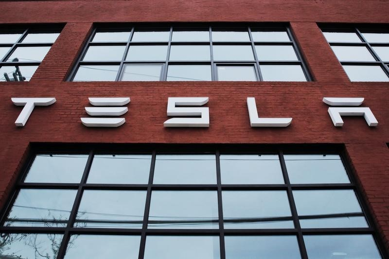 © Reuters.  UPDATE 9-Tesla names director Denholm to replace Musk as board chair