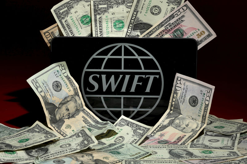 © Reuters.  Bloomberg: SWIFT может отключить Россию вслед за Ираном?