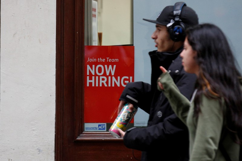 © Reuters.  U.S. creates 261,000 jobs in October vs. 310,000 forecast