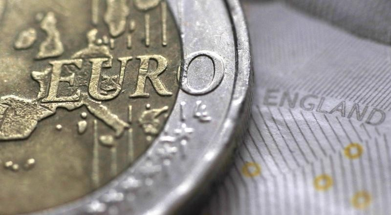© Reuters.  Euro hits day's lows against sterling after euro zone data