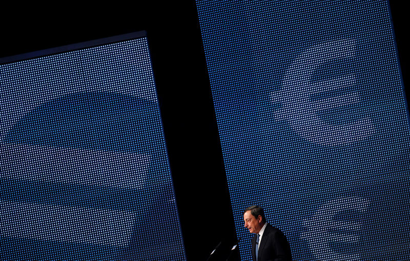 © Reuters.  Draghi rules out rate hike this year, says all options open for asset purchases