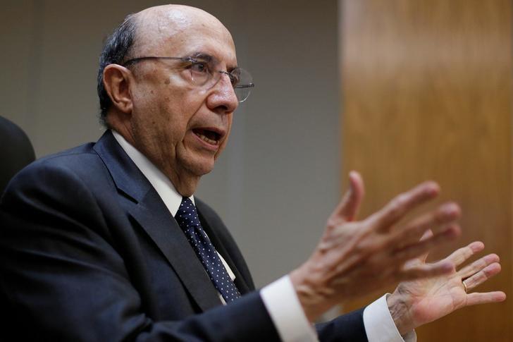 © Reuters.  ATUALIZA 2-Rebaixamento pela S&P não deve afetar candidaturas e candidatos, diz Meirelles
