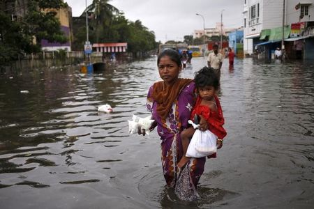 चक्रवात भारत और बांग्लादेश में कम से कम 82 को मारता है, तराई में बाढ़ आती है