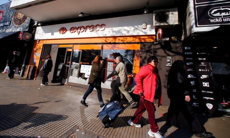 © Reuters.  Argentina economic activity edges down 0.3% in December