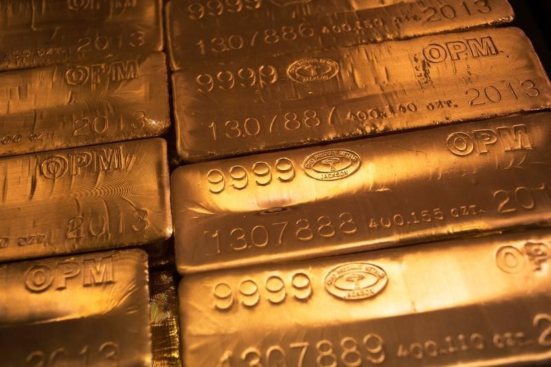 © Reuters.  PRECIOUS-Gold gains as risk sentiment wanes ahead of U.S.-China talks