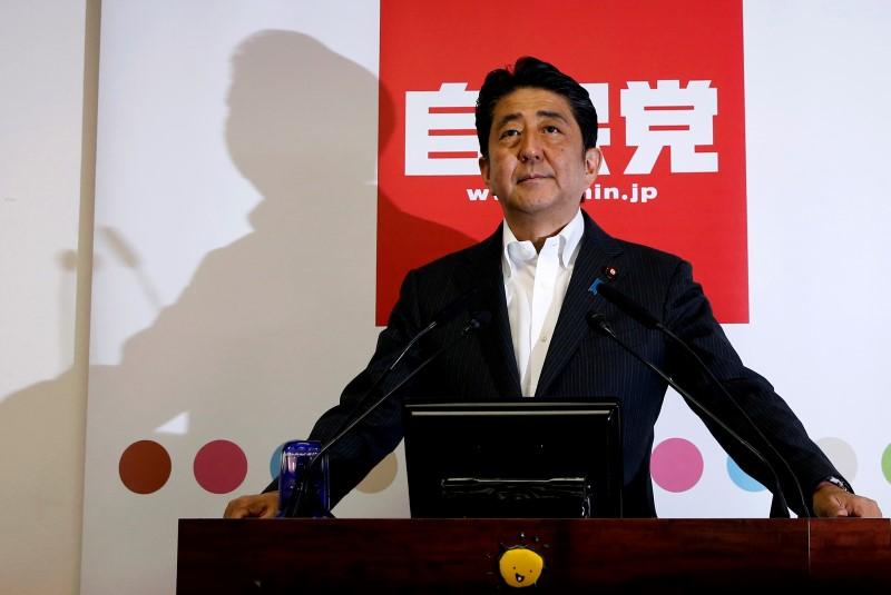 © Reuters.  Shinzo Abe dice que la política expansiva del banco central no debería continuar para siempre