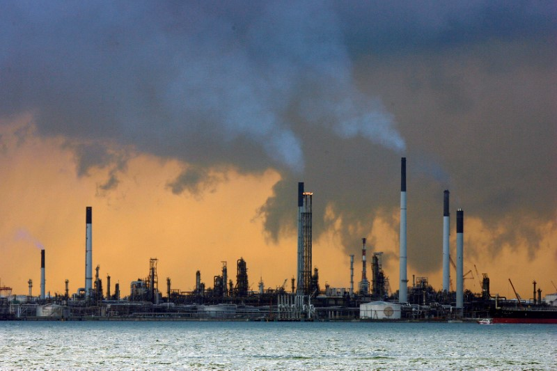 © Reuters.  UPDATE 8-Oil rises on European stock draw despite demand slowdown forecast