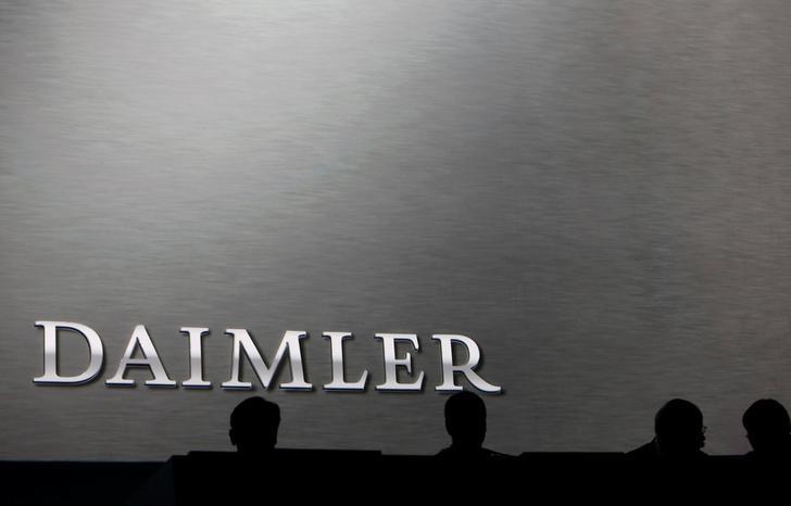 © Reuters. Daimler slashes its dividend following profit warning
