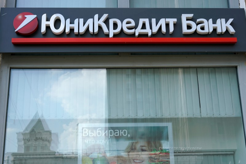© Reuters.  Borsa Milano perde oltre 2% su crisi governo, banche a picco, bene solo Atlantia, Stm