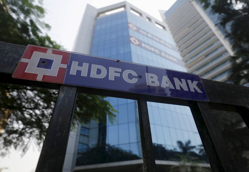 © Reuters.  UPDATE 1-India's HDFC Bank Q4 profit rises 18 pct, bad loans stable
