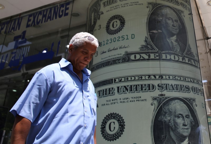 © Reuters.  Dollar edges higher, but fresh trade concerns weigh
