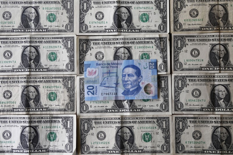 © Reuters.  Mexican peso hits fresh lows against dollar ahead of Trump press conference
