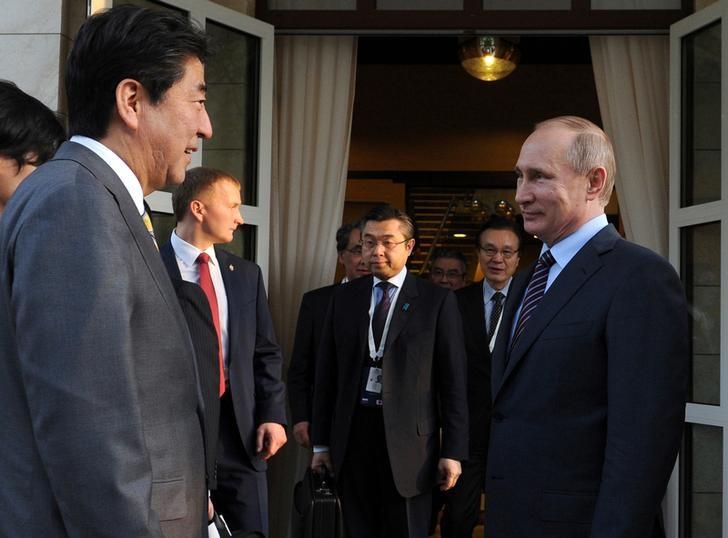 © Reuters.  Путин и Абэ поручили интенсифицировать переговоры по мирному договору