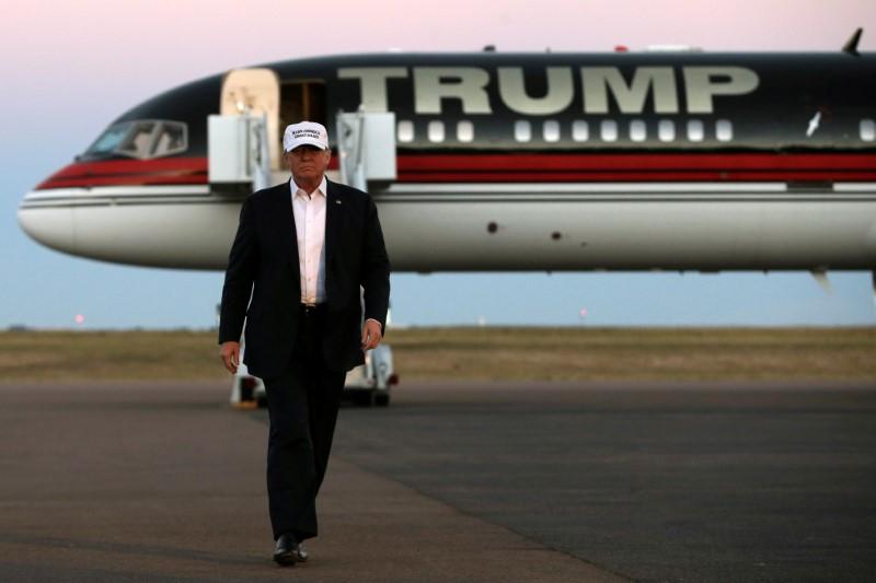 © Reuters.  Спецслужбы США сообщили Трампу о возможном наличии у России компромата на него