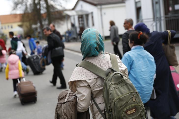 © Reuters.  Число беженцев, прибывающих в страны ЕС, в 2017 году снизилось в 2 раза