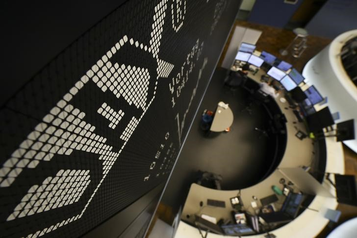 © Reuters. European stock prices fall as China's policy concerns worrying earnings increases