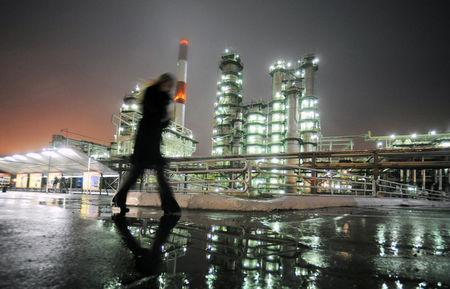 النفط يسقط بقوة بعد تجاوز معوقات الامتدادات