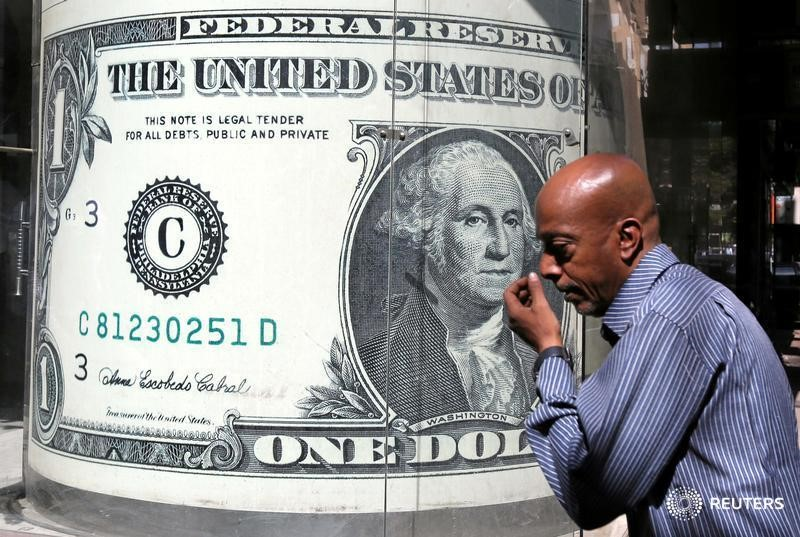 © Reuters.  Dollar steady ahead of U.S. inflation data