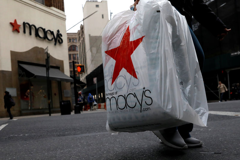 © Reuters.  Chain store sales fall back to 2.3% pace