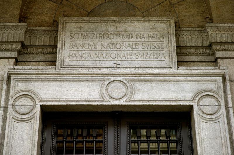 © Reuters.  Schweizer Notenbank hält wohl noch länger die Füße still