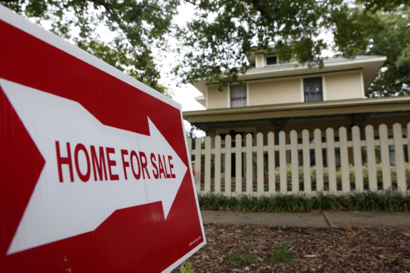 © Reuters.  U.S. existing home sales fall in January