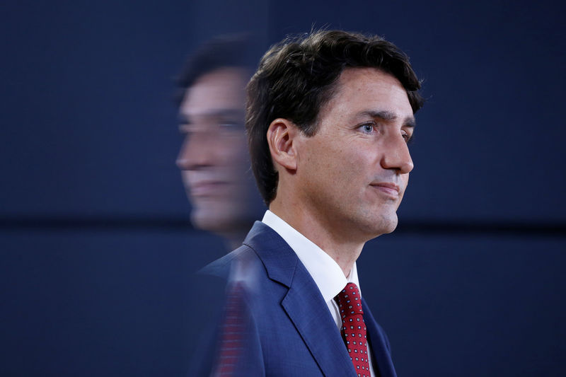 © Reuters.  UPDATE 4-Canada's Trudeau ready to offer aid to ensure pipeline is built