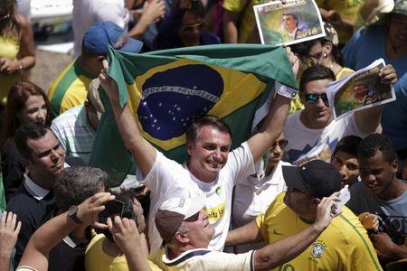 Bolsonaro é esfaqueado em evento de campanha; ferimento foi superficial