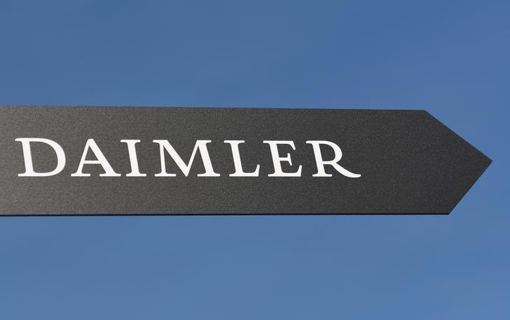 WDHLG-Daimler baut Stellen ab und bremst Investitionen Von Reuters