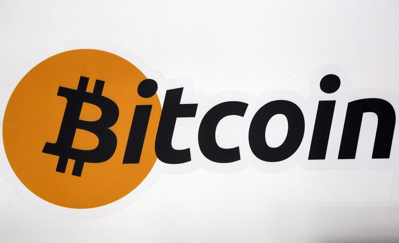 © Reuters.  Bitcoin drops more than 10% as scrutiny of cryptocurrencies grows