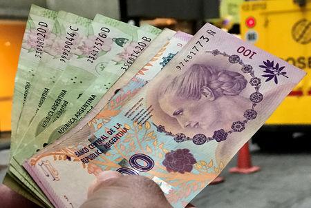 Peso argentino interbancario cae 1,56 pct, ingresa a zona de no intervención