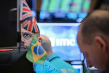 Brasil - Ações fecharam o pregão em queda e o Índice Bovespa recuou 0,04%