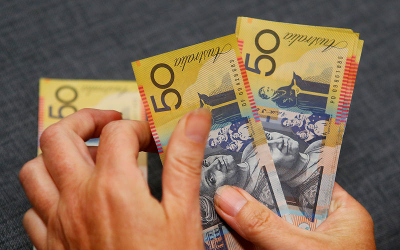 © Reuters.  Analysts nudge up forecasts for Aussie dollar, kiwi already ahead: Reuters poll