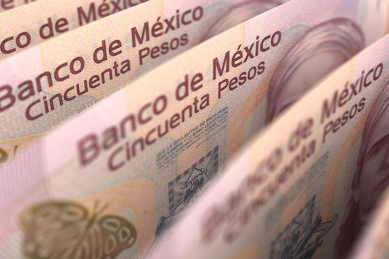 Peso mexicano píerde ante fortaleza del dólar tras comentarios Fed, perfila sexta baja semanal