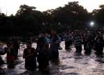 Com golpes de varas, Guatemala contém caravana de imigrantes rumo aos EUA
