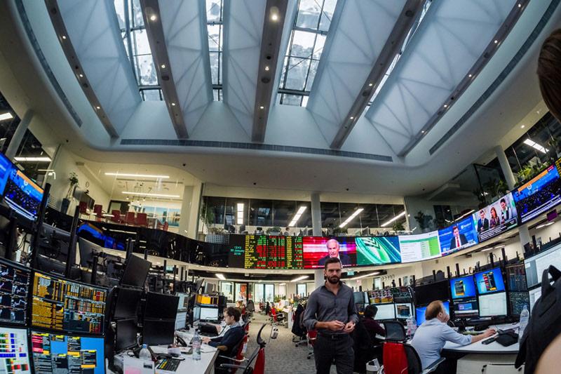 Рынок пробует расти, трейдеры ждут итогов аукциона Минфина