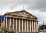 Французский парламент высказался против вотума недоверия правительству