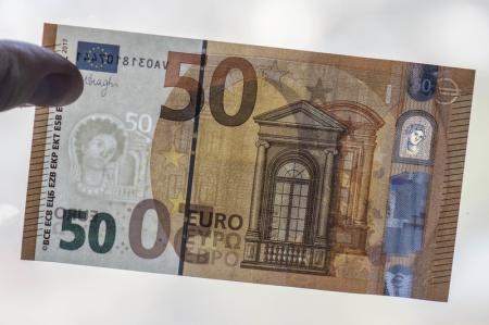 """Средний курс евро со сроком расчетов """"завтра"""" по итогам торгов на 19:00 мск составил 77,4893 руб."""
