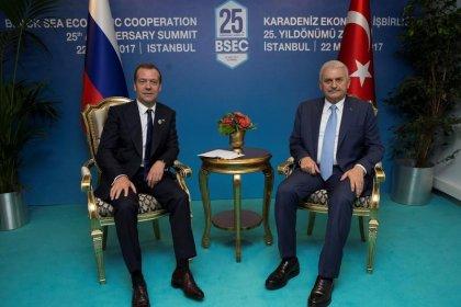 تركيا تقول إنها اتفقت مع روسيا على رفع بعض القيود التجارية