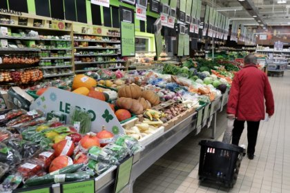 Euro zone April retail sales rise slightly due to food