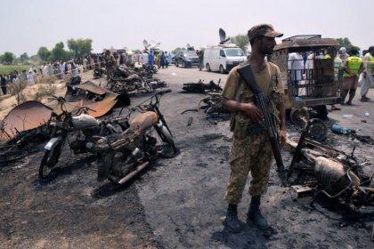 La explosión de un camión con combustible mata a 132 personas en Pakistán