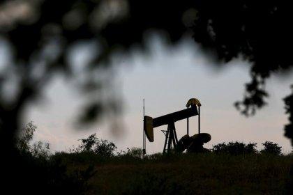 Нефть дорожает при поддержке снижения добычи в США