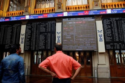 El Ibex baja a mediodía por eléctricas y Telefónica pese a sostén de bancos