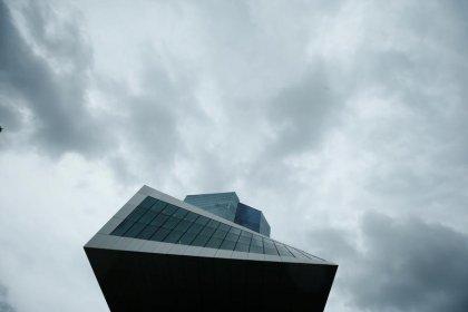 المركزي الأوروبي يبقي على التزامه بالتحفيز رغم تحسن النمو