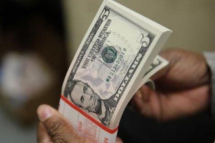 Dólar fecha com leve alta ante real em dia de agenda vazia