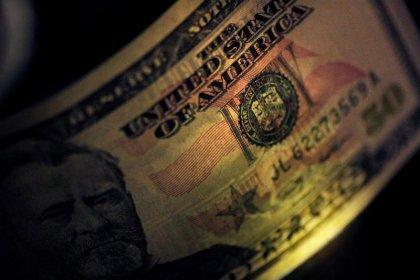 الدولار يرتفع مدعوما ببيانات اقتصادية قوية